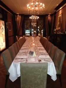 Le restaurant Da Vinci possède un décor chaleureux et luxueux, en plus d'offrir un lounge VIP.